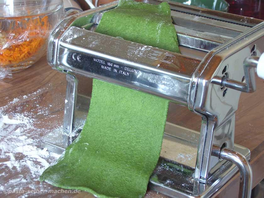 Grüne Pasta mit der Pastamaschine ausrollen