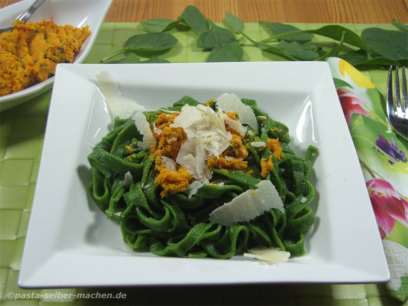 Karottenpesto mit grüner Pasta