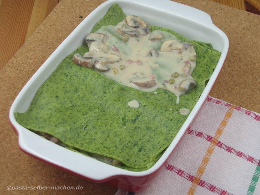 Grüne Lasagne in Form einschichten