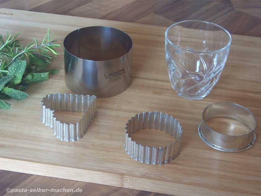 Ravioli selbst gemacht mit verschiedenen Ausstechformen