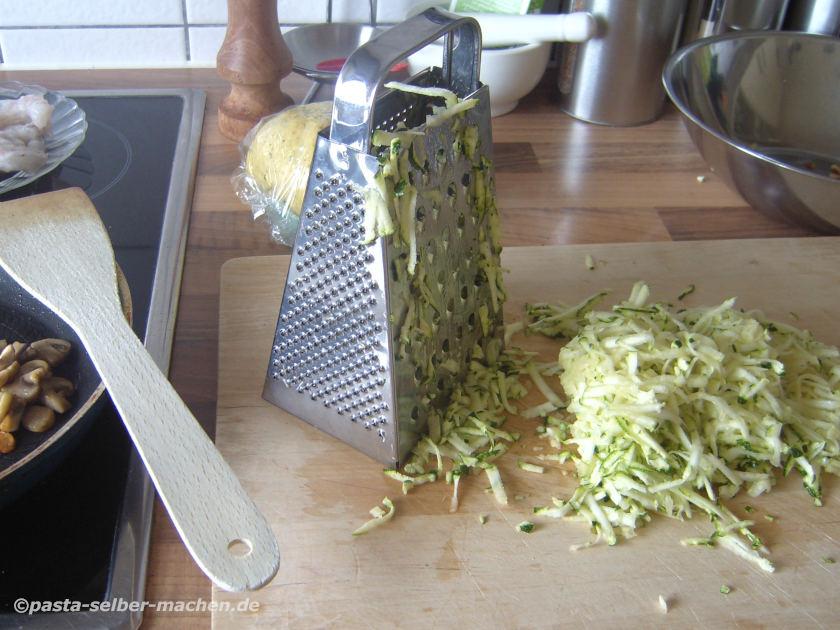 Zucchini reiben