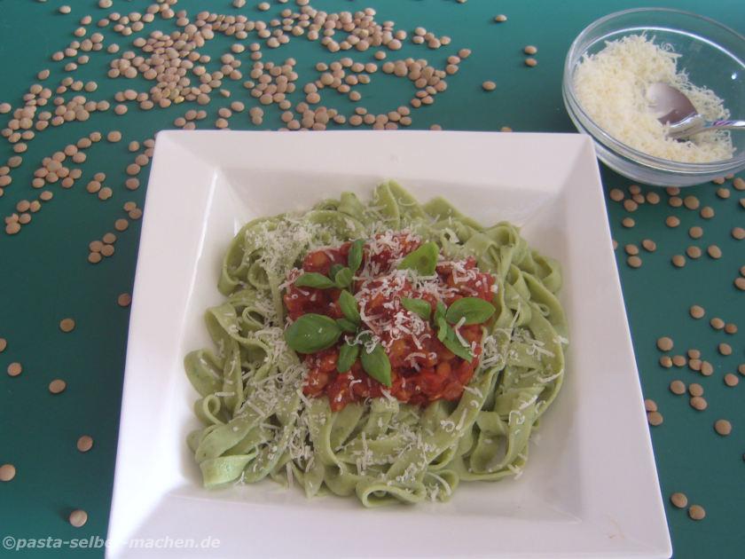 Linsenbolognese mit grünen Tagliatelle