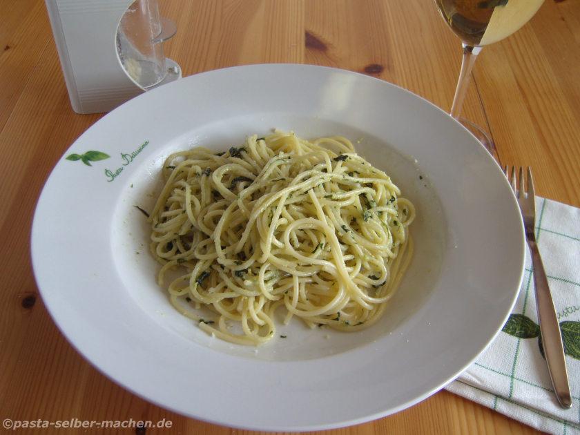 Spaghetti mit Pesto aus Basilikum